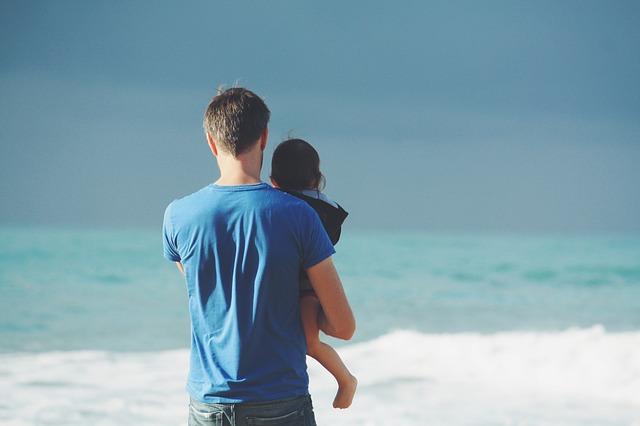 パパが抱っこしている写真