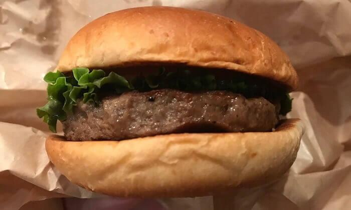 熟成肉黒毛和牛バーガーの包みをあける