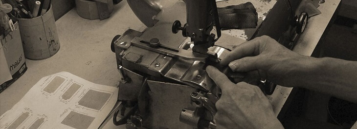 日本の職人が、財布が出来るまでの全ての工程を一つ一つ丁寧に行っている。