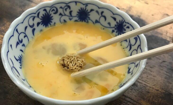 ベビースターラーメン丸『松坂牛すき焼き味』に溶き卵をつける